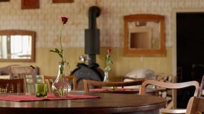 Weidenhof-Simon Tisch mit Rose, Foto: Carsten Schober | VINTSPIL.grafik
